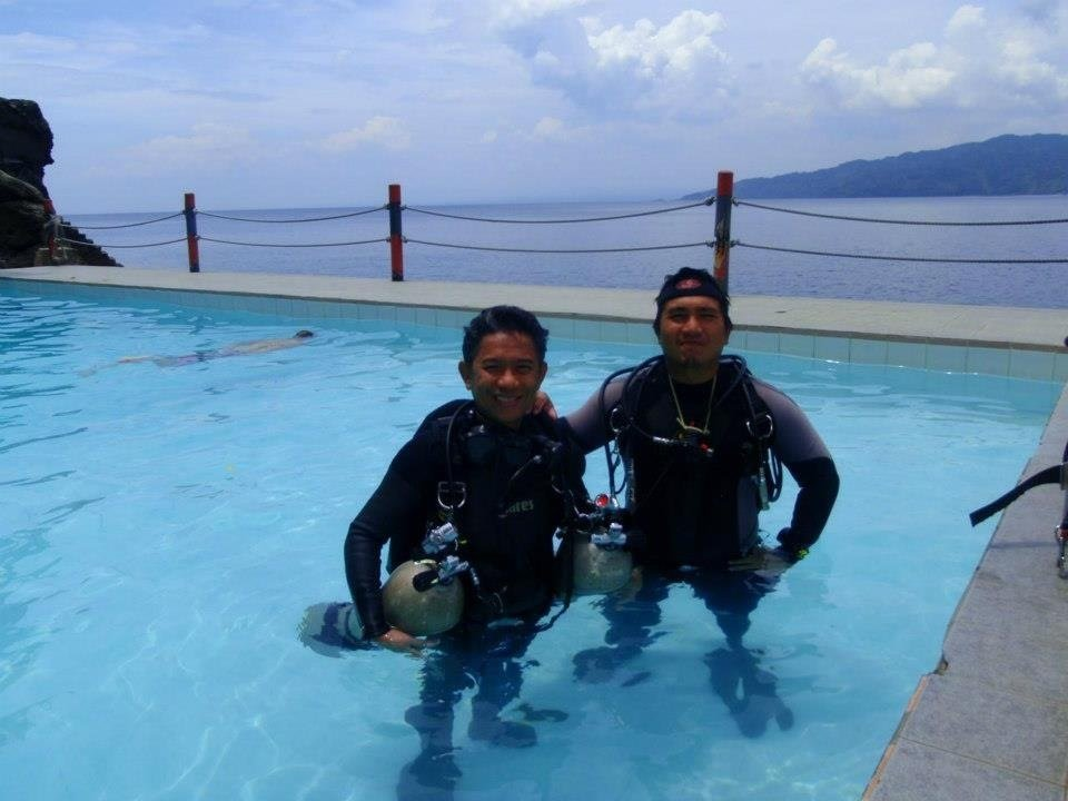 Confined pool dive sessions during a tec sidemount course